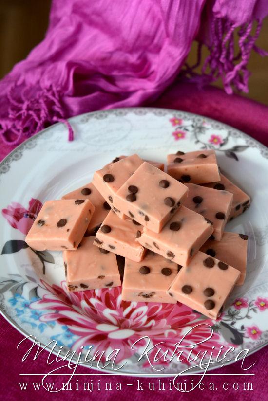 Kocke sa malinama i čokoladnim kapljicama (fudge)