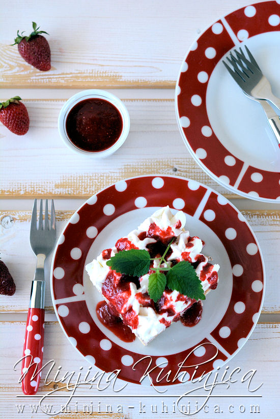 Piškota kolač sa jagodama