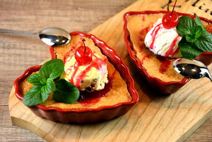 Kolač sa višnjama i sladoledom (clafoutis)