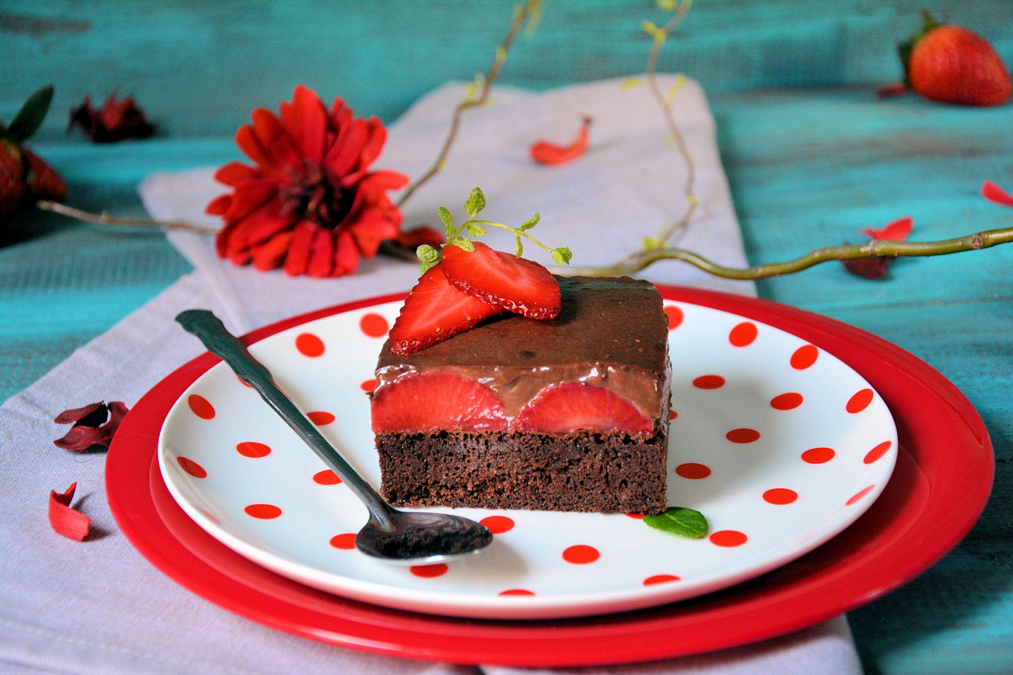 Čokoladni kolač sa jagodama (video)