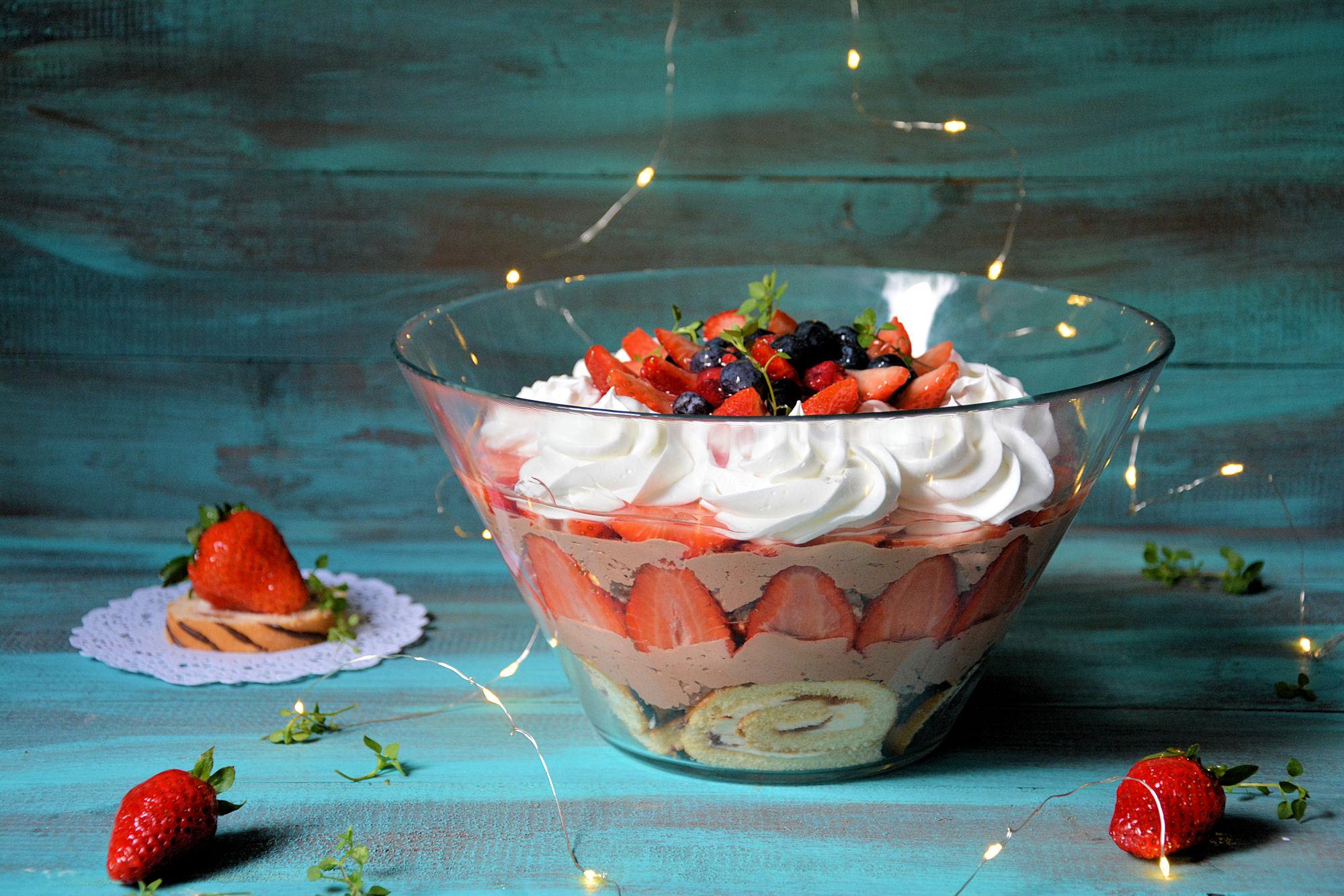 Trifle sa čokoladnim filom i jagodama (video)