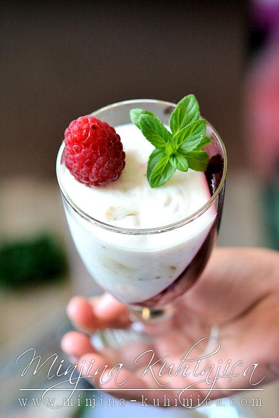 Crveno beli krem u čaši