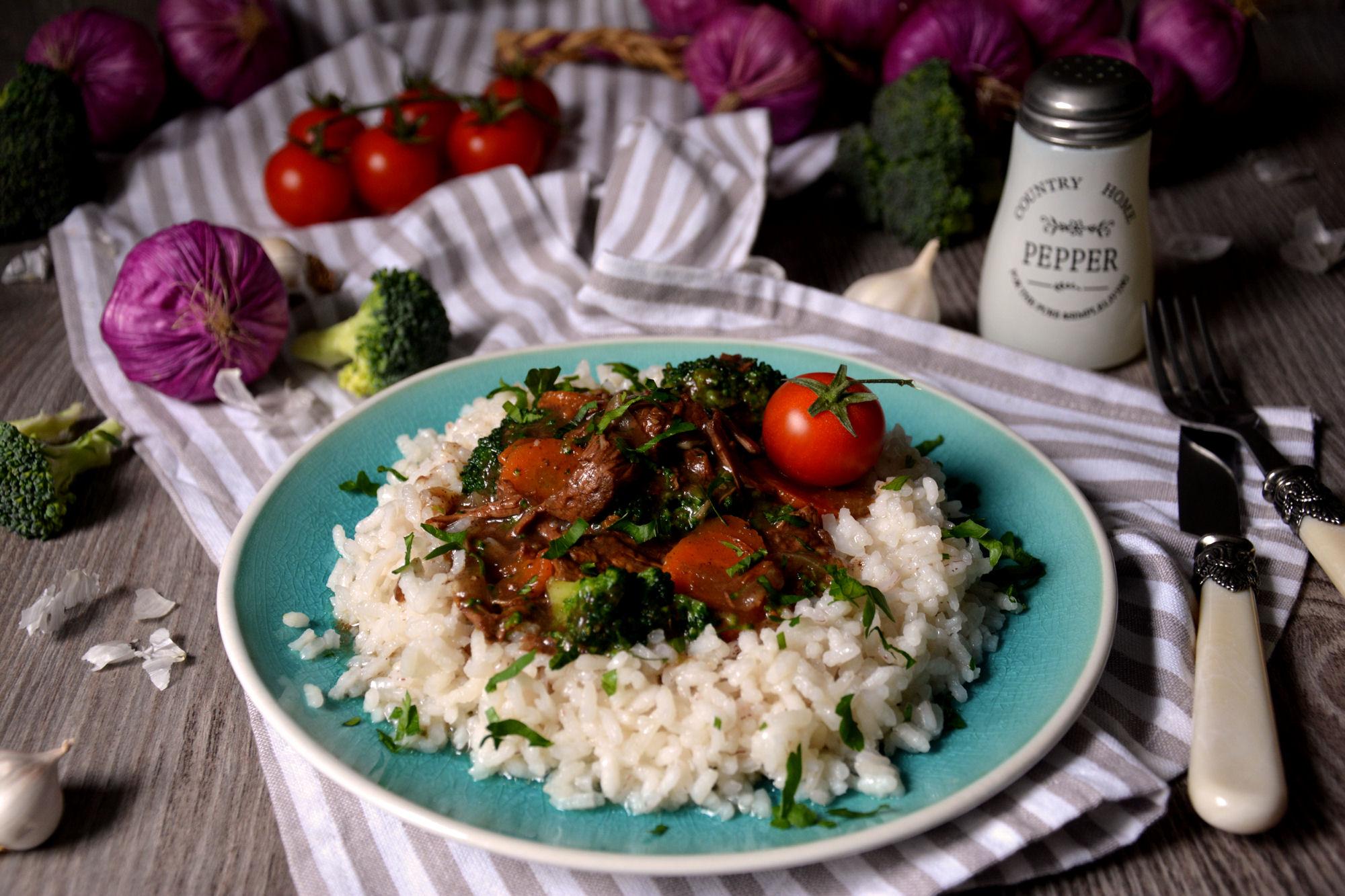 Sporo kuvana junetina sa povrćem (video)