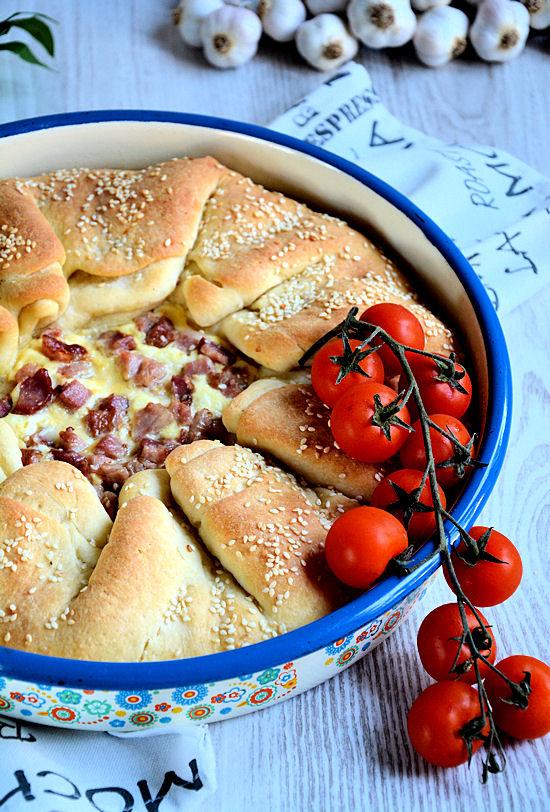 Preklopljena pita sa sirom i slaninom